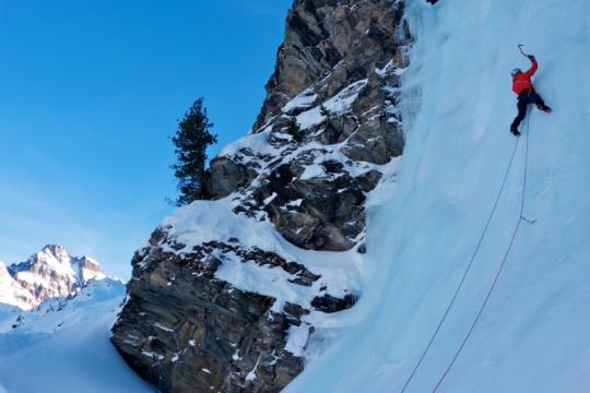 Cascade de glace et en arrière plan le Viso
