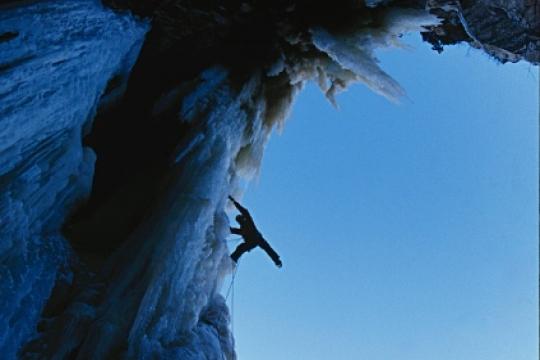 Cascade de glace ombre et lumière