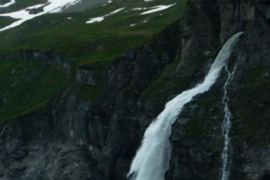 Cascade sur la lac de Mauvoisin