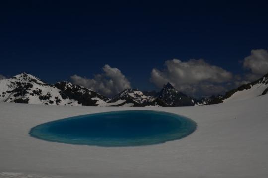 Poche d'eau glacière au col du Mt rouge