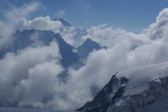 La Dent blanche 4357m sort des nuages